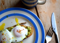 Perfect poached eggs - how-to via Crumbs and Roses blog