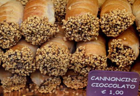 Fresh cannoli - Venice Italy (Crumbs and Roses