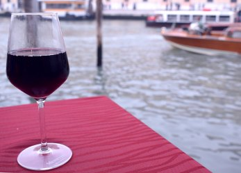 Frizzante wine by the canal Venice (Crumbs and Roses wine blog)